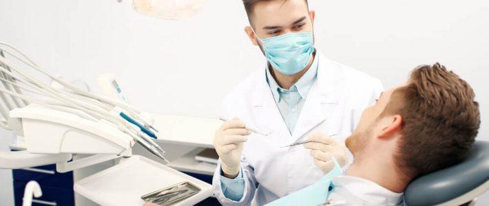 man hos tandläkare
